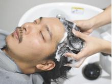 20代からの頭皮ケアで、さらに男の魅力アップ!スパで頭皮の汚れをスッキリさせ髪がふんわり立ち上がる。