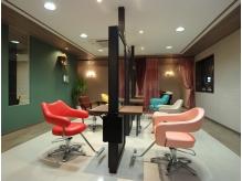 カラフルなイスでアルコバレーノ(虹)を表現した施術席