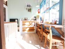 朝9時から営業◎ゆっくりと時間が過ごせるカフェスペース!家族みんなで一緒にヘアチェンジしに来ませんか?