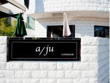 【JR芦屋駅 徒歩10分】白い壁に黒い看板、パラソルが目印です☆