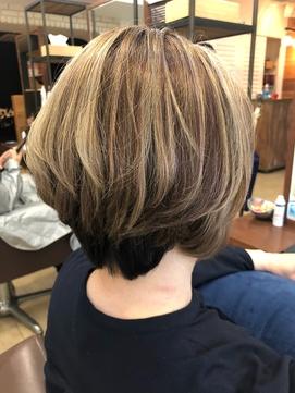 50代でも美しい白髪を活かす3Dハイライトショートスタイル