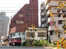 線路のそば。この茶色いビル、5Fが当店です。