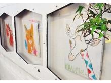 アーティストの作品展示。様々なエッセンスが店内のいたる所に。
