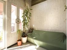 陽の光が入る明るい待合い☆店内は観葉植物のある心地良い空間。