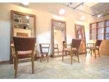 オーダーメイドの家具が並ぶ小さなサロンです