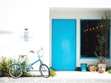 可愛い青い扉が特徴のサロン