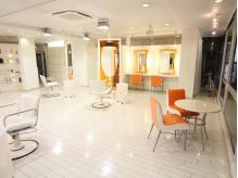 広い空間を贅沢に使用した店内◆
