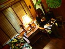 アイランドリゾートのホテルロビーを思わせるチェアで寛げます。