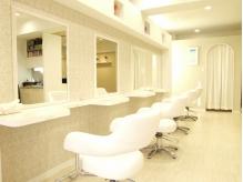 2013年1月に移転OPEN♪白を基調にした明るくて清潔感のある店内