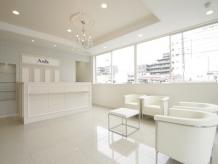 西船橋店は白が基調の明るく清潔感ある空間で寛ぎのひとときを