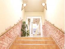 階段を上がった2階にお店があります♪