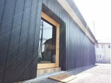 【黒塗りの外観】お店前に駐車場も完備♪隠れ家的な印象の入り口
