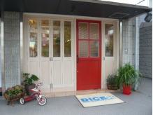 赤い扉が目印です!!