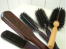 アイロンを使わずに髪への負担が少ない専用ブラシをストレートに