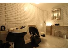 モルタル壁に敷き詰められた個室のスパ。お休みなさい...。