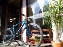自転車が目印。たまに店長さんが磨いています。