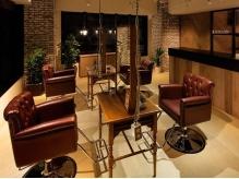 """""""Antique×Industrial""""をコンセプトに、隠れ家のようなオシャレ空間が大人気の【LARGO HAIR WORKS】―。"""