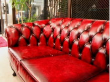 レトロな革張りソファがお出迎えいたします♪