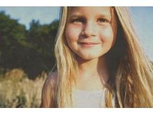 女の子の大きな看板が目印です。