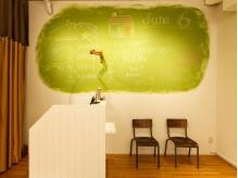 暖かな雰囲気のエントランス。緑の黒板はフリースペース。