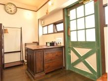 緑のドアを開けるとウッドテイストの空間が広がっています。