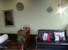 ふかふかのソファと色鮮やかな緑があなたを包みます。