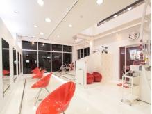 白い壁と大きな窓に包まれた吹き抜けの空間は開放感たっぷり!