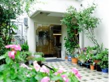 季節のお花が楽しめる♪裏路地にひっそりと佇む隠れ家サロン。