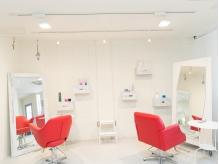 《沢ノ町駅徒歩3分》白い壁と赤い椅子がアーティスティックな空間を演出するHair Maison Chocolate