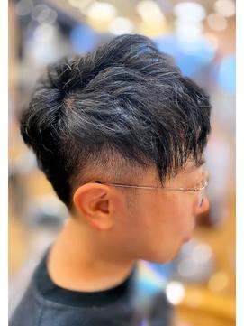 かっこいい刈り上げショートパーマくせ毛風黒髪ツーブロック梅雨
