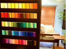 色鉛筆500色ディスプレイ!たまにカウンセリングにも使います。