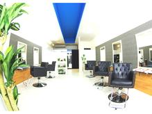 白を基調、青をさし色に清潔感のある居心地の良い店内☆