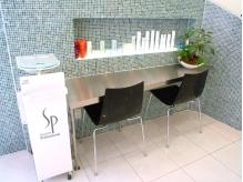 ガラスタイルを使用するなどシンプルで洗練されたデザインの店内