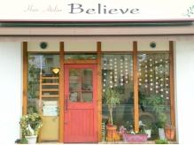 赤い扉とガラス越しに見える店内が気になる可愛い外観♪