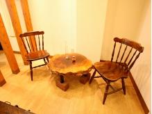 待合室は、雰囲気のある古い家具が置いてあります。