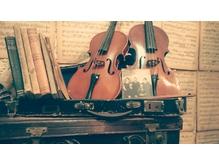 アンティークの楽譜、バイオリンなど店内随所に音楽のテイストが