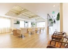 自然光の入る店内はオフホワイトとウッド調の家具で統一。