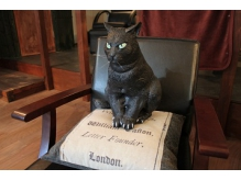 目つきの悪い招き猫です。役に立ってるかは謎です。