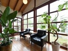 大きな窓から自然光が入る、開放的な待合スペースのfact高崎。