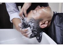 専門のプロ技で熟練のマッサージを体験。頭皮ケアと共に癒しを