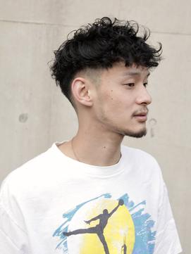 Barber風スキンフェードのクロップスタイル黒髪ニュアンスパーマ