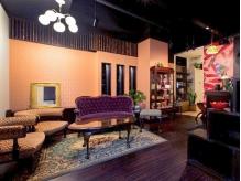 こだわりのアンティーク家具であなたをお出迎え♪店内に入ると和洋折衷な空間で贅沢なひと時を味わえる…