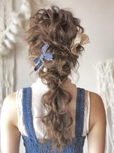 結婚式や二次会にもカジュアルな編みおろしヘアセット.24