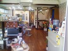 ハワイの材木「コアの木」使用の店内。BGMはもちろんHawaiian。