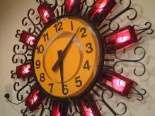 お店に入るとパッと目に入る、大きな時計。ポップで可愛い☆
