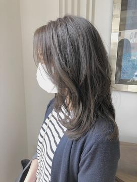 前髪からサイドにかけて流れるミディアムスタイル