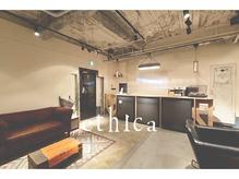 内装はインダストリアルデザインで外国のカフェのような居心地♪