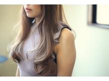 毛先に厚みがあるロングスタイルも色合いで柔らかく。