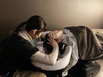 暗めの室内/音/香り…五感で癒しを。キュアリストによる極上頭皮改善プログラムの40分と60分のコース登場!!