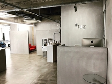 全面コンクリート調のシンプルで上質で洗練された店内。